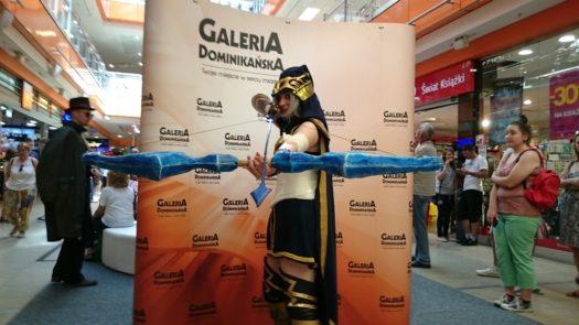 Bliss w cosplayu jako Ashe podczas weekendu z cosplayerami w Galerii Dominikańskiej we Wrocławiu