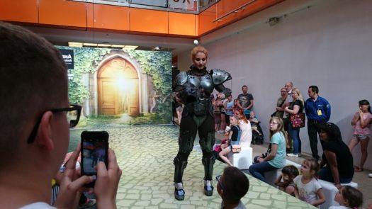 Calypsen w zbroi podczas weekendu z cosplayerami w Galerii Dominikańskiej we Wrocławiu
