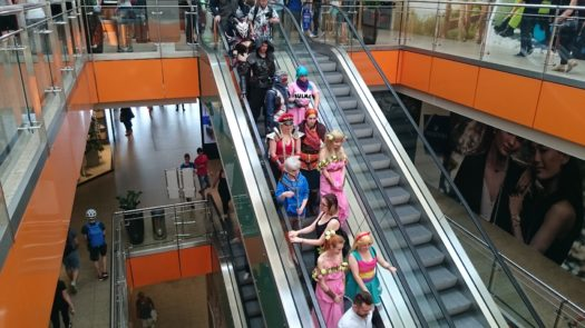 Cosplayerzy na ruchomych schodach Galerii Dominikańskiej we Wrocławiu
