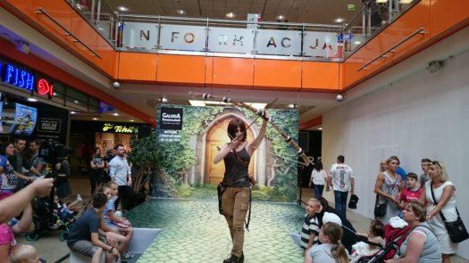 Ethlaine w cosplayu jako Lara Croft z serii Tomb Raider podczas weekendu z cosplayerami w Galerii Dominikańskiej we Wrocławiu