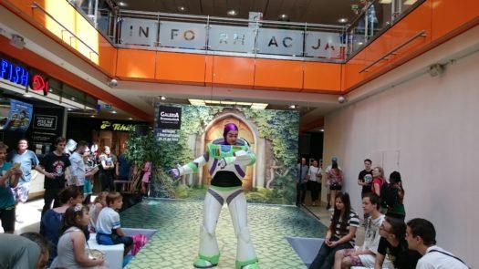 Juleczka w cosplayu jako Buzz Astral z serii Toy Story podczas weekendu z cosplayerami w Galerii Dominikańskiej we Wrocławiu