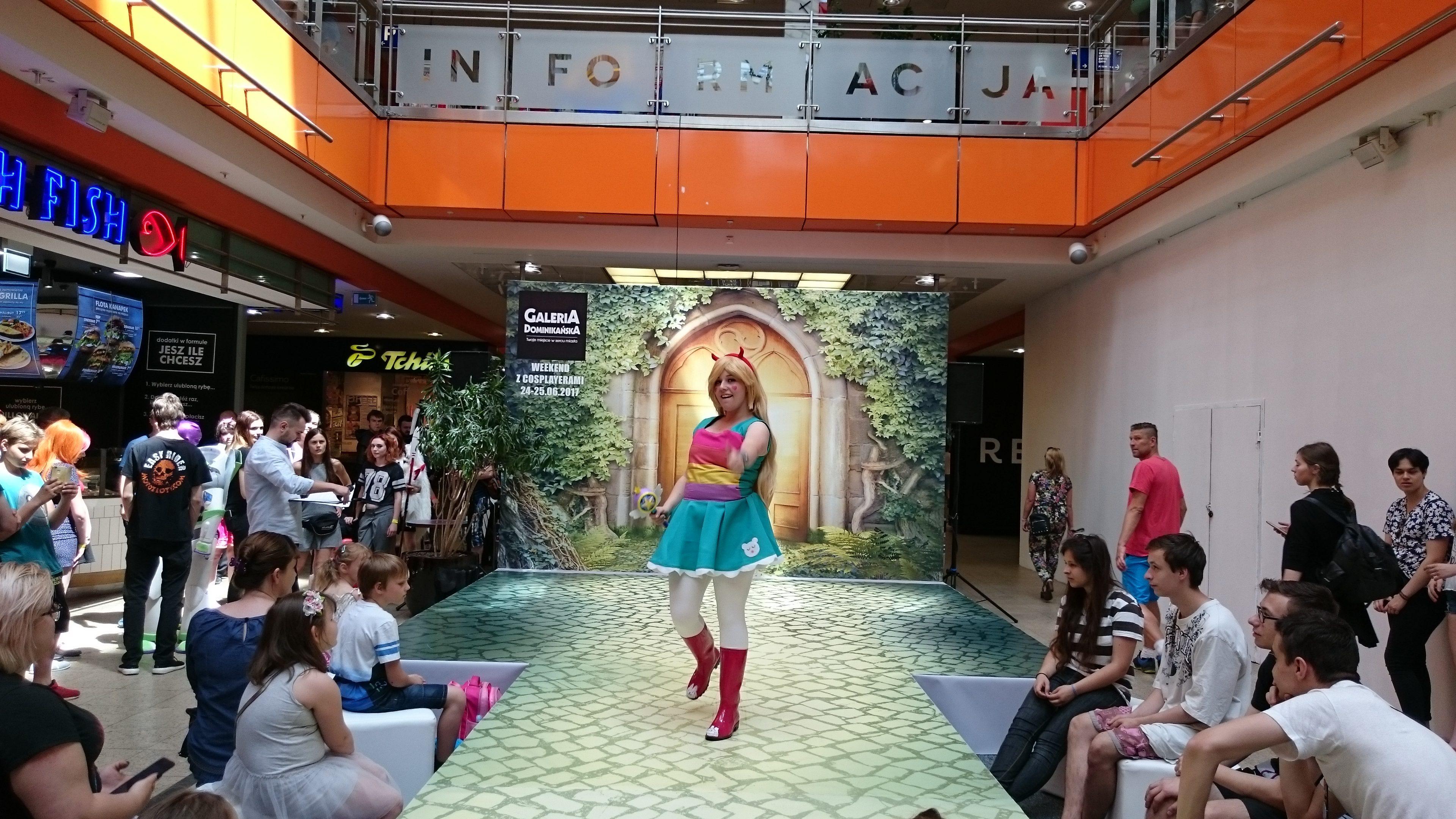 Lina Sakura w cosplayu podczas weekendu z cosplayerami w Galerii Dominikańskiej we Wrocławiu