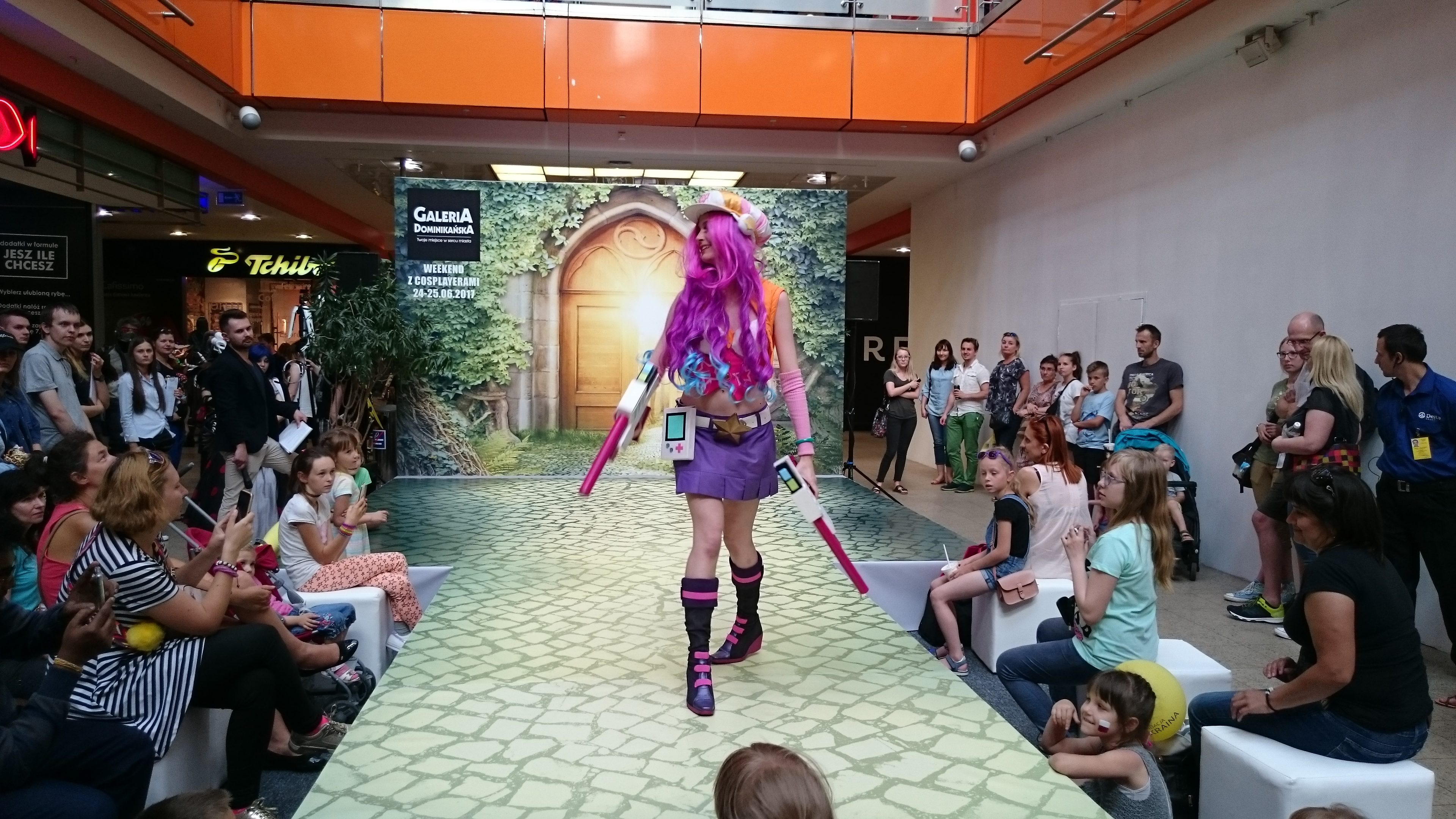 Marruda w cosplayu jako Arcade Miss Fortune z gry League of Legends podczas weekendu z cosplayerami w Galerii Dominikańskiej we Wrocławiu