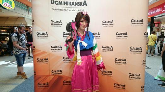 Miko w cosplayu podczas weekendu z cosplayerami w Galerii Dominikańskiej we Wrocławiu