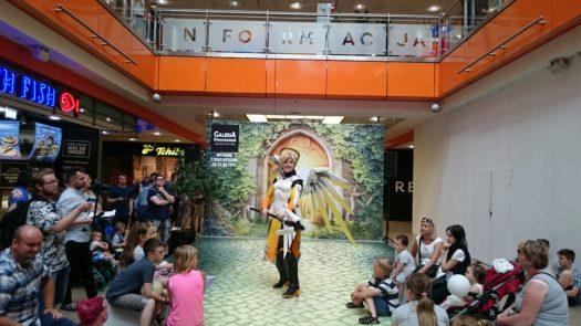 Shappi w cosplayu jako Mercy podczas weekendu z cosplayerami w Galerii Dominikańskiej we Wrocławiu