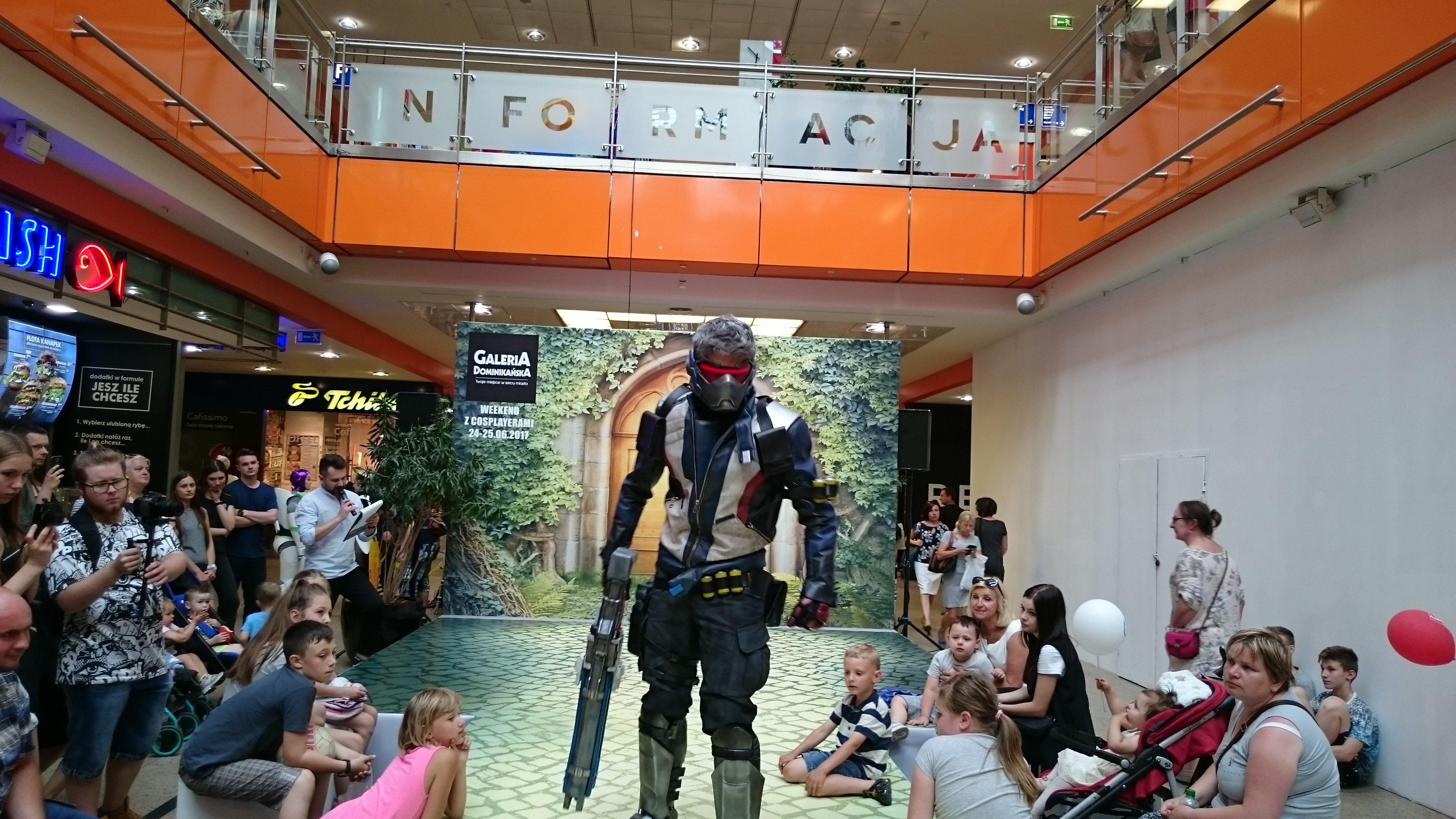 Tentacle Creations w cosplayu jako Soldier 76 z gry Overwatch podczas weekendu z cosplayerami w Galerii Dominikańskiej we Wrocławiu