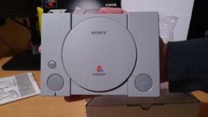 PlayStation Classic na dłoni