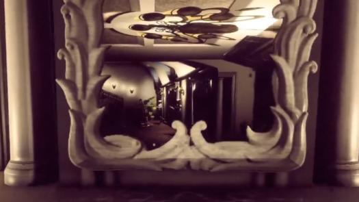 Odbicie w lustrze żyrandola w grze Bohemian Killing